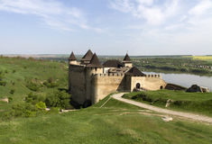 Straße zu Khotyn-Festung lizenzfreies stockfoto