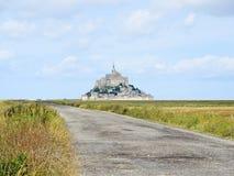 Straße zu mont Heiligmichel-Abtei, Normandie Stockbilder