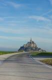 Straße zu Mont Saint Michel, Frankreich Lizenzfreie Stockfotografie