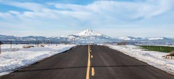Straße zu Mountian lizenzfreies stockfoto