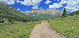 Straße zu Rocky Mountains, Colorado, USA Lizenzfreie Stockfotos