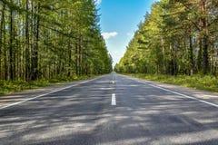 Straße zu Severouralsk im Sommer stockfotografie