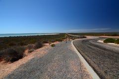 Straße zu Shell Beach Denham Haifisch-Bucht Sein gelegen auf Wellington-Straße und war im November 2012 geöffnet lizenzfreie stockfotografie