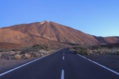 Straße zu Teide-Vulkan am Morgen am mornig stockfotografie