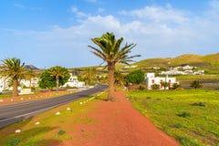 Straße zu Uga-Dorf in der tropischen Landschaft Stockfoto