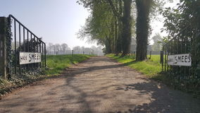 Straße zum Ackerland lizenzfreie stockfotos