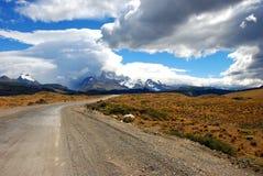 Straße zum Berg Stockfoto