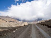 Straße zum Berg im bewölkten Wetter Lizenzfreie Stockfotos