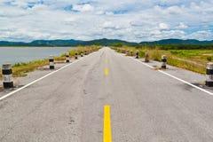 Straße zum blauen Himmel Lizenzfreies Stockbild