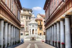 Straße zum Brunnen in Acqui Terme, Italien Lizenzfreie Stockfotos