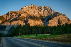 Straße, zum des Berges, Banff zu kaskadieren Lizenzfreies Stockfoto