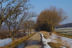 Straße zum Dorf lizenzfreie stockfotos