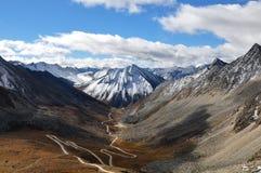 Straße zum Himmel (Wicklungstraße im Tibet-Tal) Lizenzfreies Stockfoto