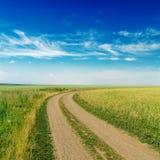 Straße zum Horizont unter bewölktem Himmel Stockfoto