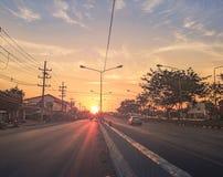 Straße zum Küste Sonnenuntergang in dem Meer Reisen mit dem Auto stockbilder
