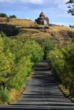 Straße zum klösterlichen komplexen Sevanavank Lizenzfreie Stockfotos