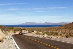 Straße zum Meer Stockbild