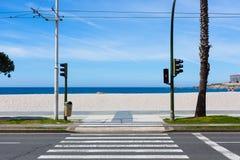 Straße, zum mit blauem Himmel auf den Strand zu setzen Lizenzfreies Stockfoto