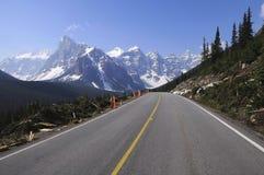 Straße zum Moraine See. stockbild