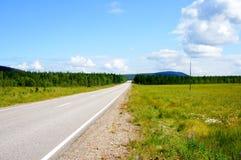 Straße zum Pyhätunturi-Berg Sommeransicht in Lappland stockfotografie