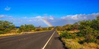 Straße zum Regenbogen stockbild