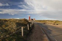 Straße zum roten Leuchtturm auf Texel stockfoto