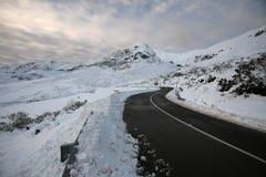 Straße zum Schnee stockbild