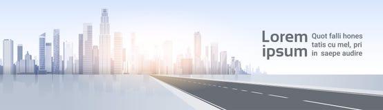 Straße zum Stadt-Wolkenkratzer-Ansicht-Stadtbild-Hintergrund-Skyline-Schattenbild mit Kopien-Raum Lizenzfreie Stockfotografie