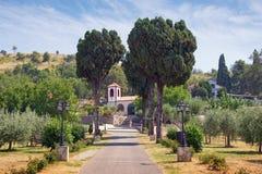 Straße zum Tempel Ansicht von Dajbabe-Kloster Podgorica, Montenegro lizenzfreies stockfoto
