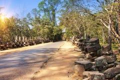 Straße zum Tempel und zu den Ruinen von Statuen, 12. Jahrhundert, Kambodscha Stockbild