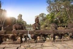 Straße zum Tempel und zu den Ruinen von Statuen, 12. Jahrhundert, Kambodscha Lizenzfreie Stockfotos