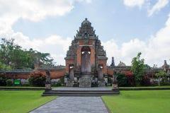 Straße zum Tempeltor Taman Ayun Stockfotografie