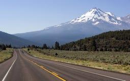 Straße, zum von Shasta einzuhängen stockbilder