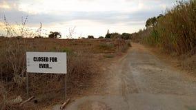 Straße zur demilitarisierten Zone auf Zypern stockfotografie