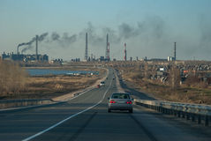 Straße zur Fabrik Lizenzfreie Stockbilder