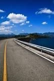 Straße zur Insel stockbilder