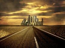 Straße zur Stadt stockfotos
