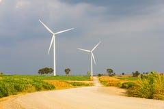 Straße zur Windkraftanlage stockbild