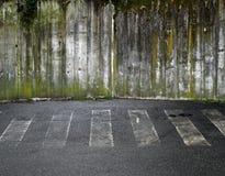 Straßenüberfahrt mit Betonmauer Stockfotos