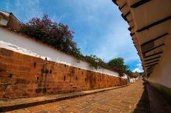 Straßen-Ansicht einer Kolonialstadt stockbilder