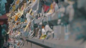 Straßen-Anzeigen-Papier geschrieben auf dem Zaun in der Stadt stock video footage