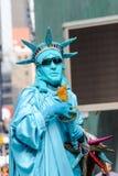 Straßen-Ausführender gekleidet als das Freiheitsstatue lizenzfreie stockbilder