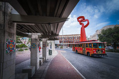 Straßen-Auto-Tram und Fackel der Freundschaft Stockfotos