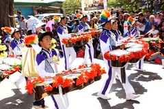 Straßen-Band, das am Blumen-Festival Panagbenga 2015 teilnimmt Stockfotos