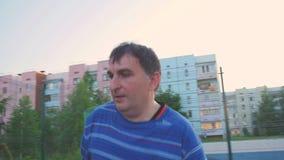 Straßen-Basketball-Spieler mit einem Ball stock video