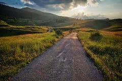 Straßen-Berg bei dem Sonnenuntergang, Montenegro stockfotografie