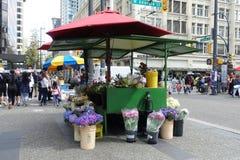Straßen-Blumenladen herein im Stadtzentrum gelegen lizenzfreies stockfoto