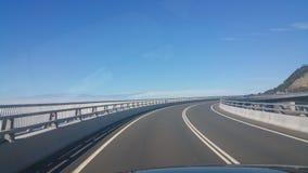 Straßen-Brücken-blauer Himmel Stockfotos