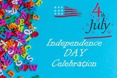 Straßen-Clown grüßt Leute 4. Juli Bild des vom 4. Juli Kalenders auf blauem Hintergrund mit vielen kleinen Buchstaben Baum auf de Lizenzfreie Stockfotos