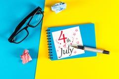 Straßen-Clown grüßt Leute 4. Juli Bild des vom 4. Juli Kalenders am blauen und gelben Tabellenhintergrund Baum auf dem Gebiet Stockfotos